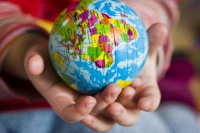 Ruce držící globus
